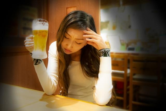 ビールを飲んでいる女性