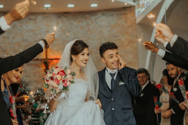 結婚する男女