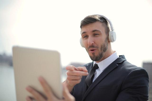 ビデオ通話している男性