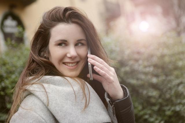 笑顔で電話を楽しむ女性