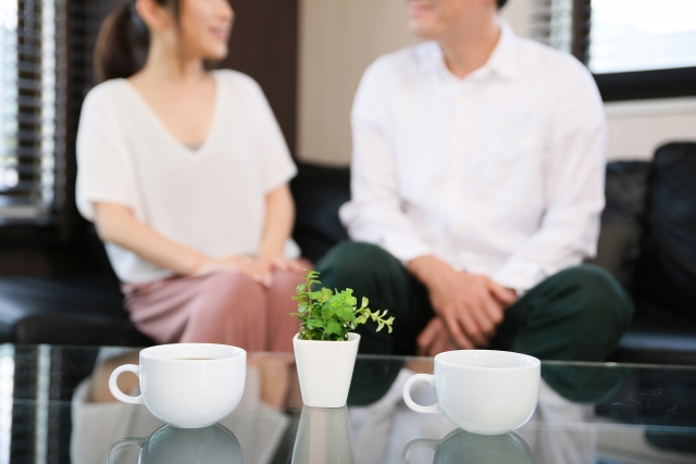部屋でコーヒーを飲むカップル