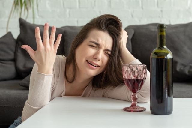酒を飲み嘆く女性