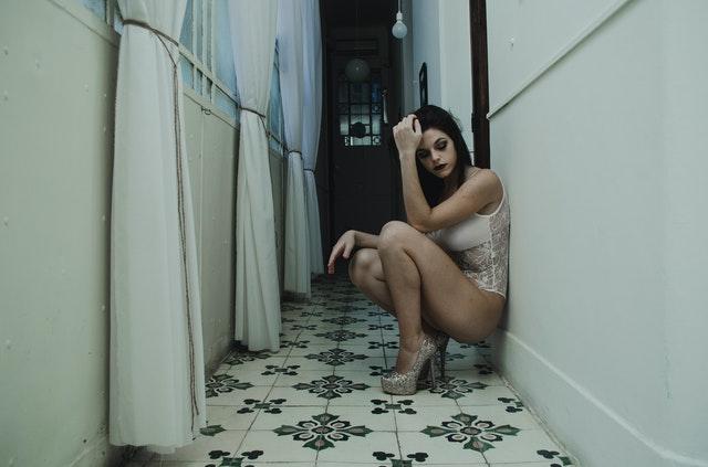 座り込む下着姿の女性