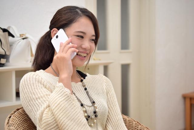 電話で楽しそうに話す女性